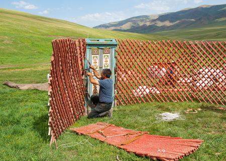 Kasachstan im Juli 2014 Bau der Jurte. Ein kreisförmiges Zelt von Filz oder Felle auf einem zusammenklappbaren Rahmen, verwendet von Nomaden in der Mongolei, Kasachstan und der Türkei. Editorial