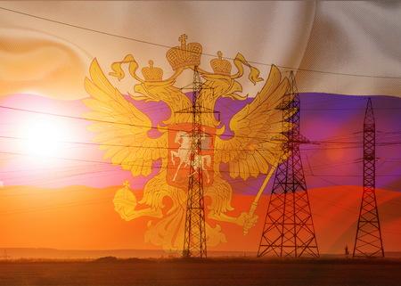 Hoogspanningslijn voor hoogspanningsleidingen. Energiepijlers. Bij zonsondergang, zonsopgang. hoge spanning. Vlag van Rusland