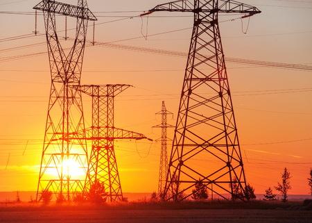 High-voltage hoogspanningsleiding. Energy pijlers. Bij zonsondergang, zonsopgang. hoge spanning Stockfoto - 81200089