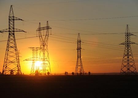 Hoogspanningslijn voor hoogspanningsleidingen. Energiepijlers. Bij zonsondergang, zonsopgang. hoge spanning