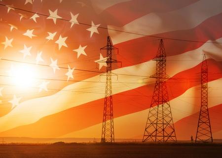 Hoogspanningslijn voor hoogspanningsleidingen. Energiepijlers. Bij zonsondergang, zonsopgang. hoge spanning. Vlag van de Verenigde Staten van Amerika