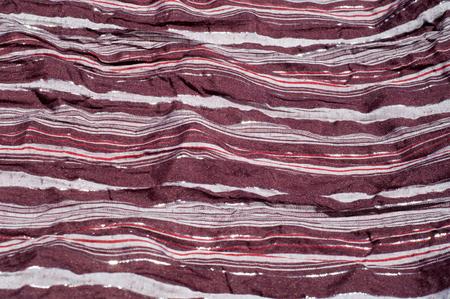 Textur, Hintergrund, Muster. Weiblicher gestreifter Schal, Tuch gestreift braun, weiß, rot mit Glitzer Standard-Bild - 90387673
