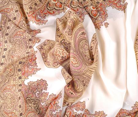 テクスチャ、パターン。茶色の模様の白いシルク生地。インドのデザインの女性のスカーフ。他の名前の図面は甘いような香りをすることができま 写真素材