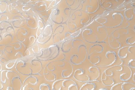 textuur Tulle is wit Groeiend in een gewaagd bloemmotief mis de kans niet om deze wit op witte geborduurde bloemtule te kopen Grote bloemenvignetten groeien kolommen over een schone zachte tule