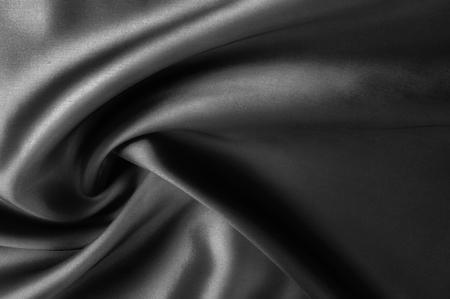 Weichzeichnertuch seidenschwarz. Nehmen Sie diese schwarz gewaschene Seide mit nach Hause! Die gewaschene schwarze Farbe ist eine weiche, seidige Hand. Dünn und leicht, hat es ein flüssiges Tuch, das bei der Erstellung von weichen Silhouetten auffällt. Standard-Bild