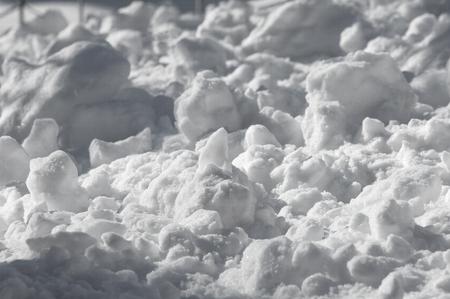 Hintergrund, Winterfotografie. Weißer Schnee, flauschig In luftigen Wirbeln Und fällt leise zu Boden, legt sich hin. Jetzt ist er in der Welt - alles ist geschützt, und er hat keine Angst vor dem Bösen des Frosts Standard-Bild