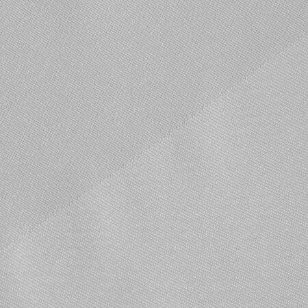 Tekstura, tło, wzór, jedwabna tkanina w białym kolorze, jednolita jasnobiała jedwabna satynowa tkanina księżnej Naprawdę piękna jedwabna tkanina z satynowym połyskiem. Idealny do twojego projektu, zaproszenia ślubne na specjalne okazje.