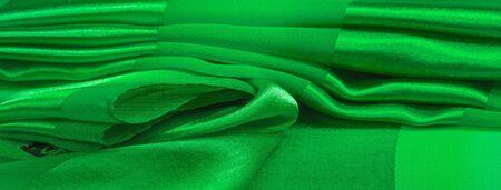 Texture, fond, tissu rayé en soie verte avec un éclat métallique. Si vous êtes de mauvaise humeur, ce tissu l'élèvera à des hauteurs sans précédent. Votre projet sera couronné de succès.