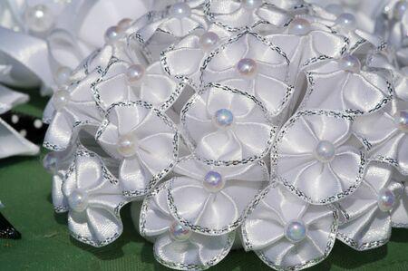 """Flohmarkt. Blumen aus Stoff in Frankreich. Im dreizehnten Jahrhundert ist es in Frankreich üblich, dass Frauen Rosenkränze tragen. Diese Kränze wurden """"Shapelle"""" genannt"""
