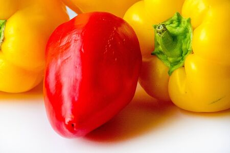 Los pimientos morrones a veces se agrupan con variedades de pimiento menos picantes como pimientos dulces.