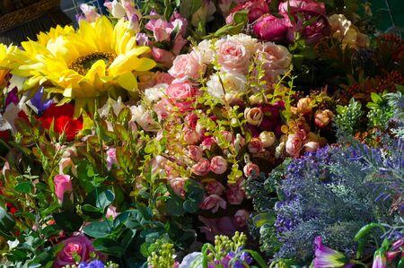 """Flohmarkt. Blumen aus Stoff in Frankreich. Im dreizehnten Jahrhundert ist es in Frankreich üblich, dass Frauen Rosenkränze tragen. Diese Kränze wurden """"Shapelle"""" genannt Stock fotó"""