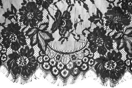 exture tło, wzór. czarna koronkowa tkanina. Ta piękna koronkowa tkanina jest idealna do projektowania, nakładek, akcentów i tapet. Ma postrzępioną obwódkę wzdłuż obu krawędzi ozdobioną włóknami