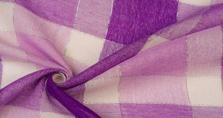 Foulard en soie à motif de fond de texture femme de couleur bleue avec une rayure métallique. L'écharpe est décorée d'un délicat motif patchwork dans des tons pastels de motifs écossais abstraits ou d'un tissu à carreaux Banque d'images