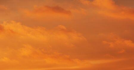 wolken een zichtbare massa gecondenseerde waterdamp die in de atmosfeer drijft, meestal hoog boven de grond. Stockfoto