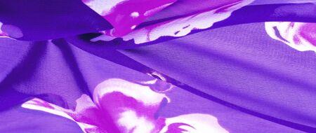 Textura, fondo, tela de seda azul con estampado floral rojo. Sus proyectos son desarrollados en nuestro estudio por diseñadores que tienen un profundo conocimiento en el uso de su producto final.