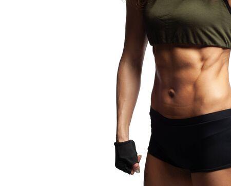 Studiofoto eines Modells auf weißem Hintergrund, Fitness gesunder Lebensstil, schöner Bauch, geprägte Bauchmuskeln, schnell die Bauchpresse zu einem Mädchen zu Hause aufpumpen