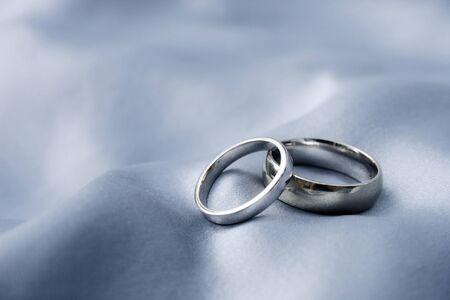 anniversario matrimonio: bande di nozze d'argento di seta Archivio Fotografico