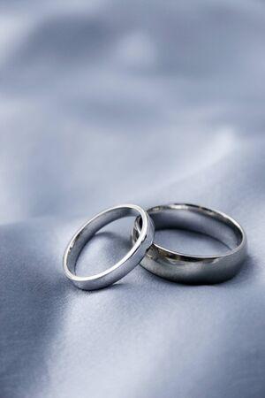 wedding bands: bodas de plata en las bandas de seda  Foto de archivo