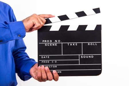 Zakenman die lege zwarte film klepel bord, geïsoleerd op een witte achtergrond.