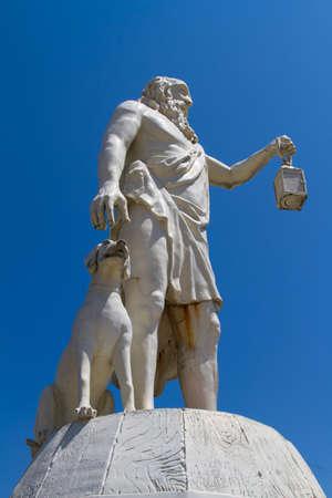 Filosoof Diogenes die licht met zijn hond sculptuur op blauwe hemel, Sinop, Turkije. Stockfoto