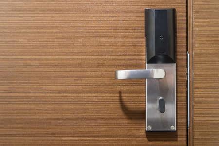 Elektronisch slot op houten deur.