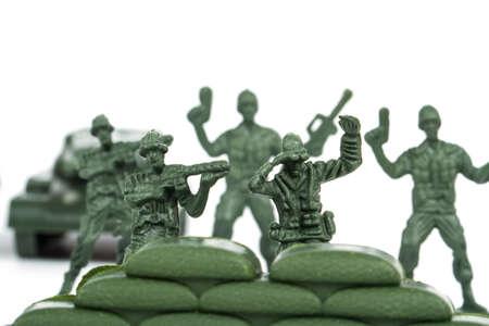Miniatuur speelgoed soldaten, geïsoleerd op een witte achtergrond.