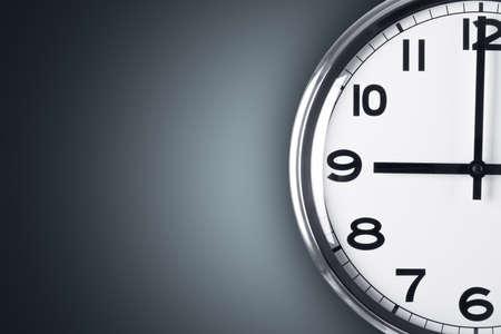 Tijd concept. Close-up van de klok op de muur met een kopie ruimte, tijd om te werken. Stockfoto