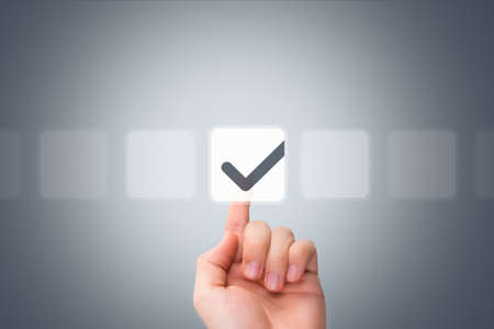 젊은 남성 손으로 만지고, 현대 버튼을 누르고 가상 배경에 디지털 스크린 인터페이스에 빈 상자 밖으로 체크 박스를 선택.