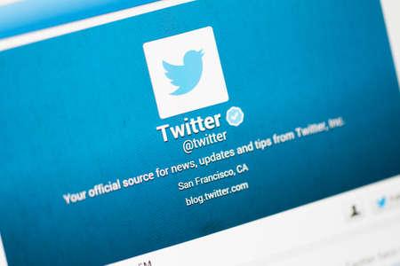 Istanbul, Turkije - 22 maart 2013: Foto van Twitter-account met gebruiksvriendelijke en profielnaam op tablet. Twitter is een van de meest gebruikte sociale netwerken en microblogging website.