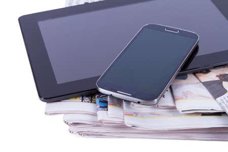 흰색 배경에 고립 된 신문, 빈 화면 태블릿과 휴대 전화의 스택입니다. 스톡 콘텐츠