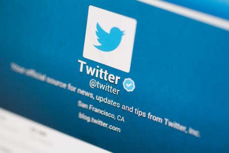 ISTANBUL, Turkije - 22 maart 2013: De foto van Twitter-account met gebruiksvriendelijke en profielnaam op tablet. Twitter is een van de meest gebruikte sociale netwerken en microblogging website.