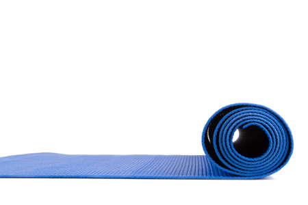 흰색 배경에 고립 된 운동 블루 개방 요가 매트의 측면보기.