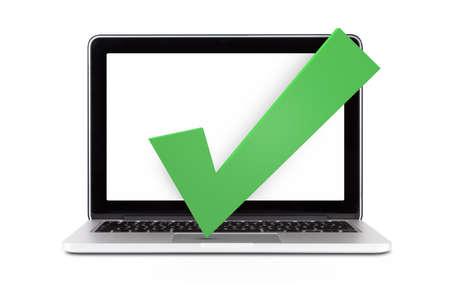 Vooraanzicht van enkele schone laptop mock up met lege, lege scherm en groen vinkje, goedkeuring teken, geïsoleerd op een witte achtergrond.
