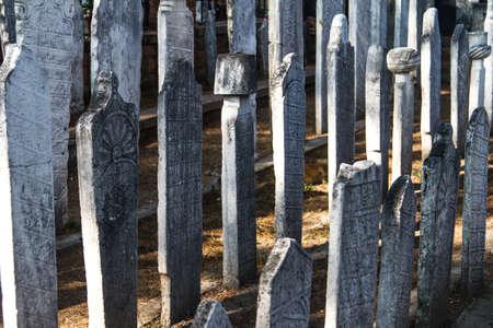 tumbas: Tumbas en fila. Editorial