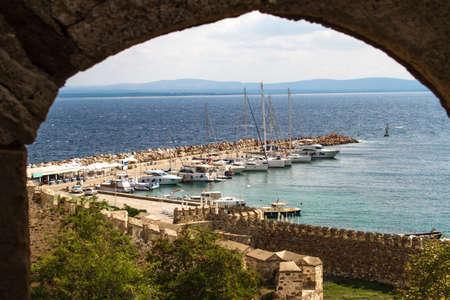Uitzicht vanuit raam van Tenedos Castle, Bozcaada, Canakkale, Turkije.