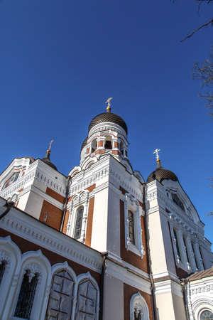 azul marino: Vista inferior de la Catedral de Alexander Nevsky, que es la más grande catedral ortodoxia en Tallin, Estonia, en fondo azul marino. Foto de archivo