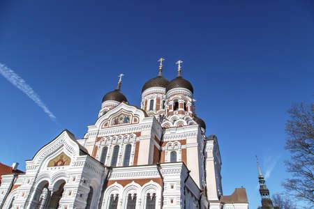 azul marino: Vista inferior de la Catedral de Alexander Nevsky, que es la m�s grande catedral ortodoxia en Tallin, Estonia, en fondo azul marino. Foto de archivo