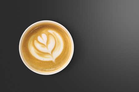 Bovenaanzicht van latte art koffie met hart figuur, op een zwarte achtergrond. Stockfoto
