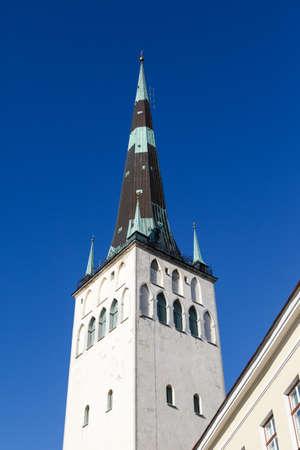 azul marino: Vista exterior de la iglesia de San Olaf, en el cielo azul marino de fondo. Foto de archivo