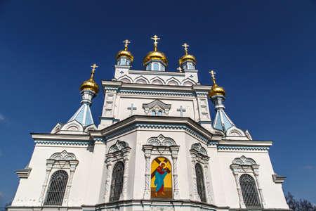 azul marino: Cierre de vista inferior de ortodoxa Ss Boris y Gleb en Dougavpils Catedral, Letonia, en el cielo azul marino de fondo.