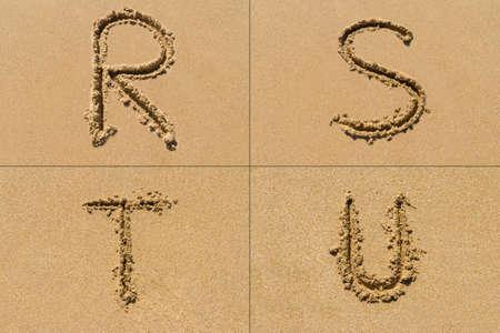 lettre s: Ensemble conceptuel de la lettre de RSTU de l'alphabet écrit sur le sable avec des majuscules.