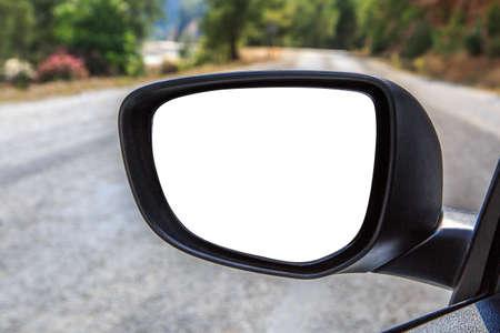 도로 장면 배경에 빈 복사본 공간 자동차의 백미러의 전면 뷰를 닫습니다.