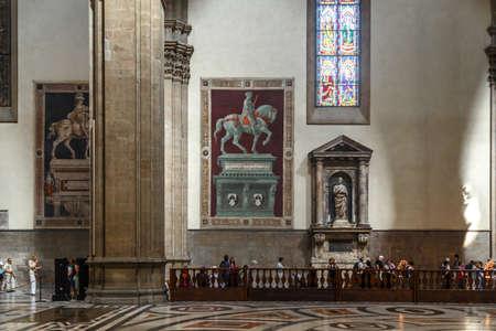 FLORENCE, ITALIE - 22 septembre 2015: Vue de l'intérieur du célèbre Duomo de Florence, avec des sculptures et des peintures. Éditoriale