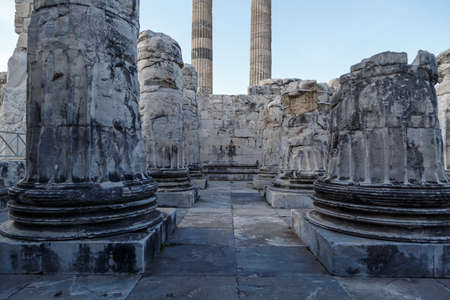 granit: View of Didyma Ancient City in Ayd?n, Turkey, with granit columns and temple, on blue sky background.