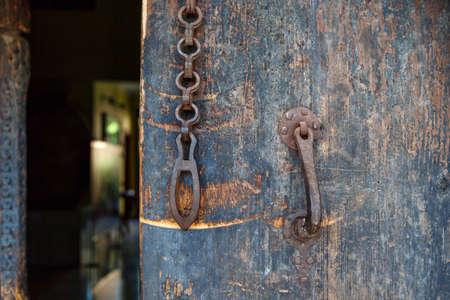 cerrar la puerta: Close up front view of wooden old door, with historical rusty padlock. Foto de archivo