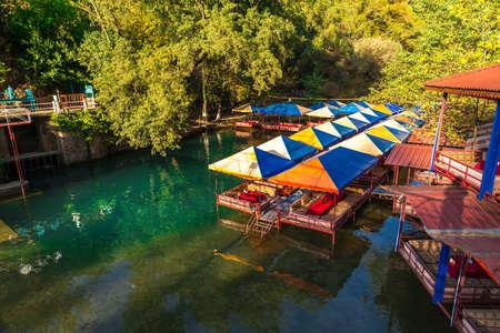 Rusten met houten zitplaatsen op de rivier in Dim River, Alanya, Antalya.