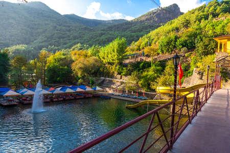 Rusten met houten zitplaatsen aan de rivier in Dim River, Alanya, Antalya. Stockfoto