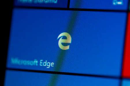 ISTANBOEL, TURKIJE - NOVEMBER 16, 2016: Foto van Microsoft Edge in Windows 10 op het computerscherm. Windows 10 is een nieuwere versie van Windows.