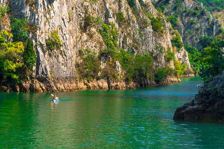 SKOPJE, MACEDONIA - Agosto 8, 2019: Vista del Cañón Matka. Mat es la atracción turística más hermosa cerca de Skopje, la gente practica kayak en el paisaje. Editorial