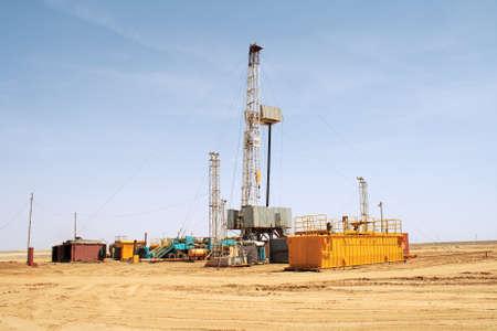 yacimiento petrolero: Torre de perforaci�n. Foto de archivo